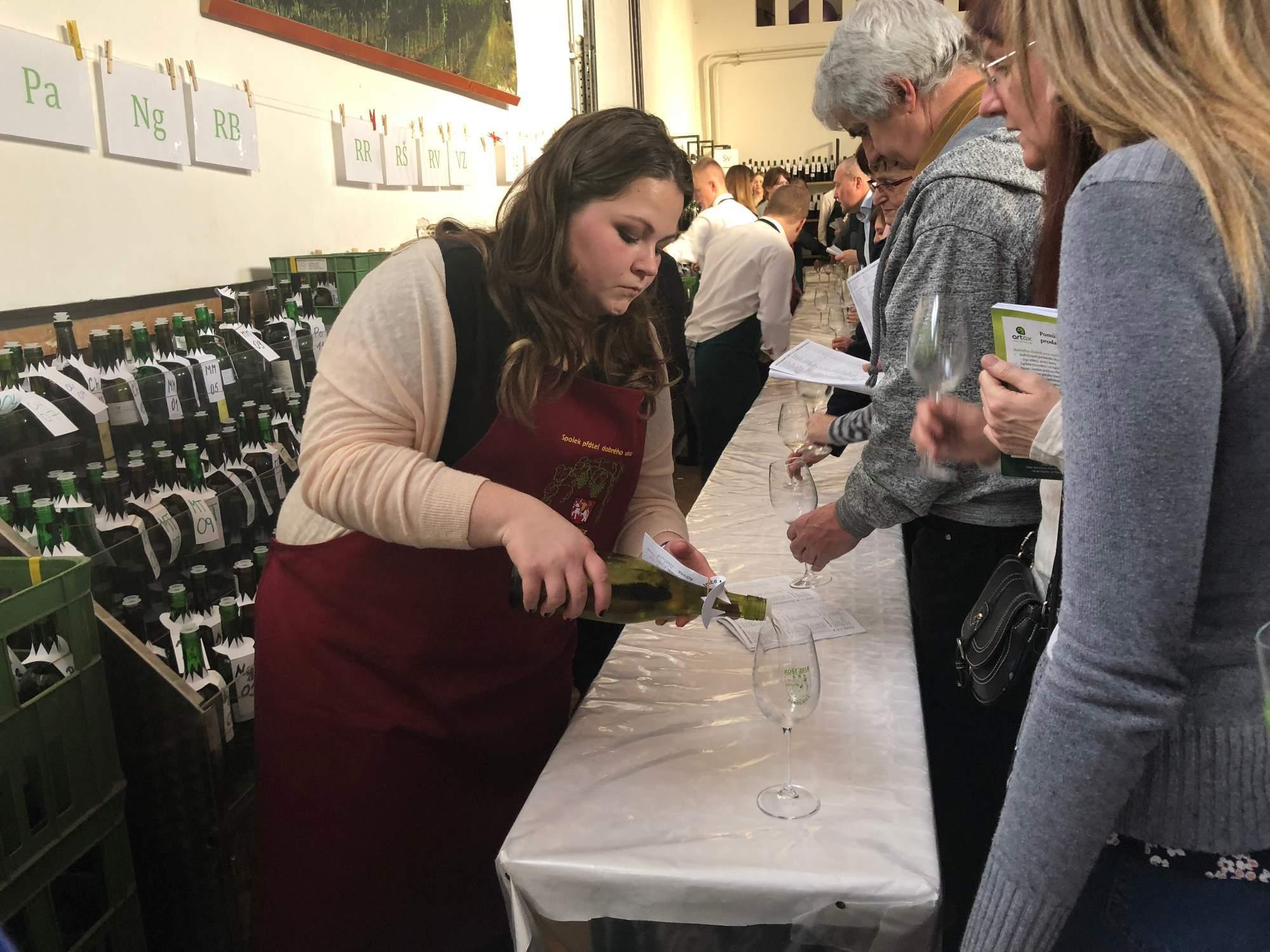 Nalévání vína na Sokolnickém koštu