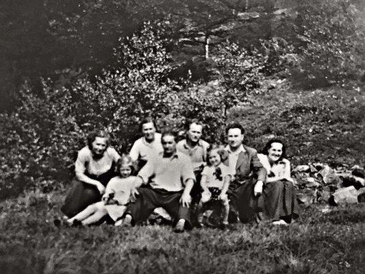 Nejstarší foto místa, kde má být postavena budoucí chata. Zleva: pí Podgorná, její vnučka, teta Božka, Láďa Podgorný, strýc Vláďa, sestra Vlaďka, tatínek a nakonec maminka. Pořízeno stařičkým fotoaparátem zn. Pionýr pravděpodobně v roce 1956, případně 1957, přístrojem to nevalné kvality