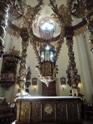 V kostele je vzácný oltář tzv. baldachýnového typu zavěšený uprostřed kostela nad oltářním stolem.