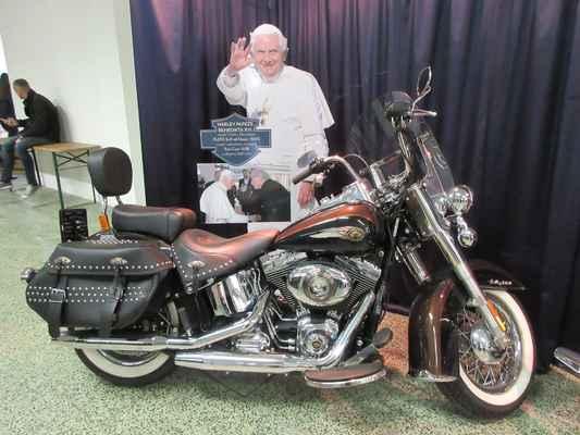 Zajímavostí jsou dva motocykly značky Harley Davidson, které nesou jména papežů Benedikta XVI. a Františka. Papežové získali motocykly darem od výrobce, po dražbách pro dobročinné účely jsou nyní v soukromém vlastnictví.