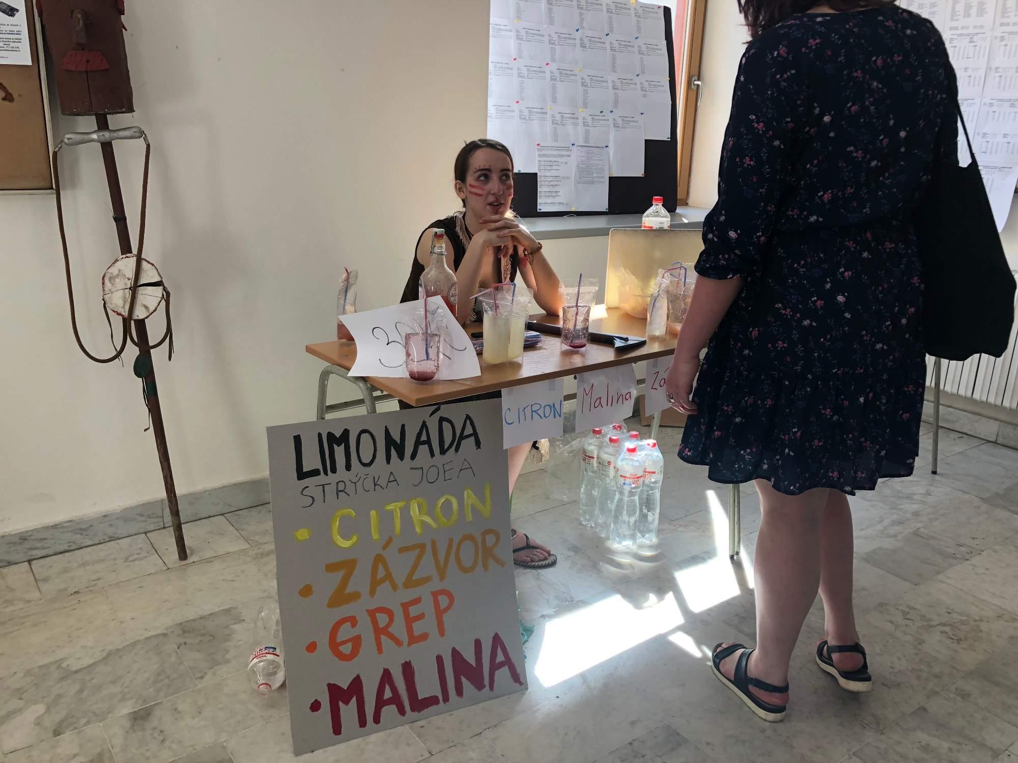 Studenka prodává na škole limonády. FOTO: Kamila Lorenzová