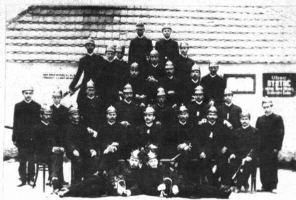 Sbor před starou hasičskou zbrojnicí - rok 1922