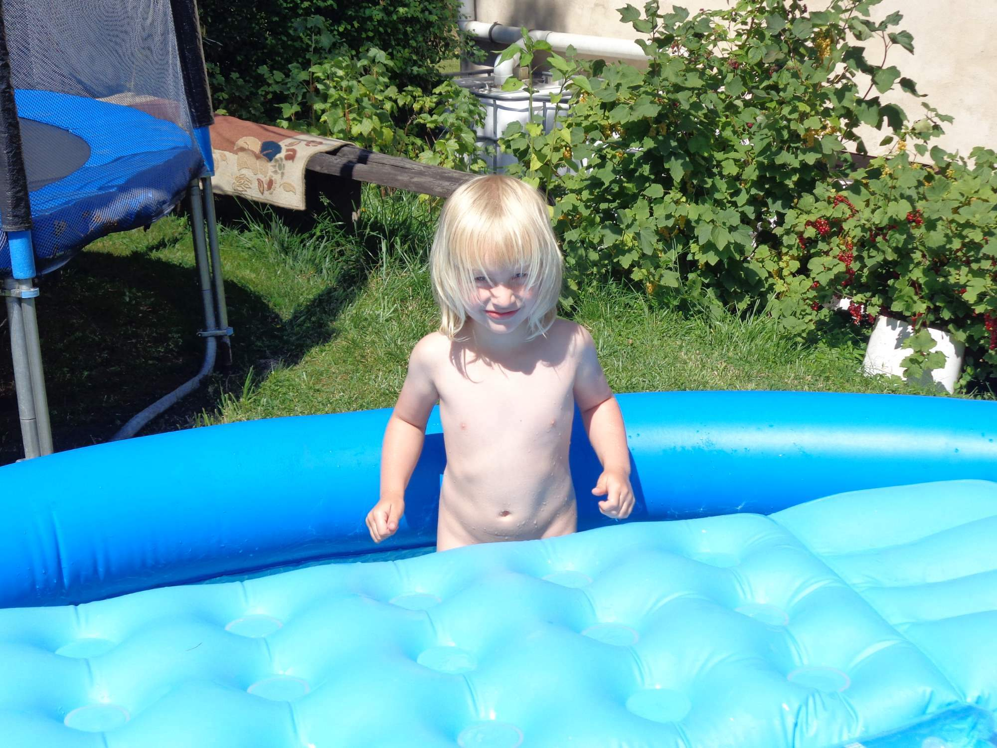 sexinna-naked-toddlers-in-pool-brittany