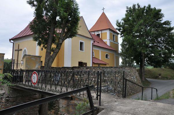 v Rožné je mezi farou a kostelem most ze železných plátů - Benjamín Skála R. Q. © 2013 Své fotky na internet nahrávám multilicencované pod GFDL, CC-BY-SA all versions.